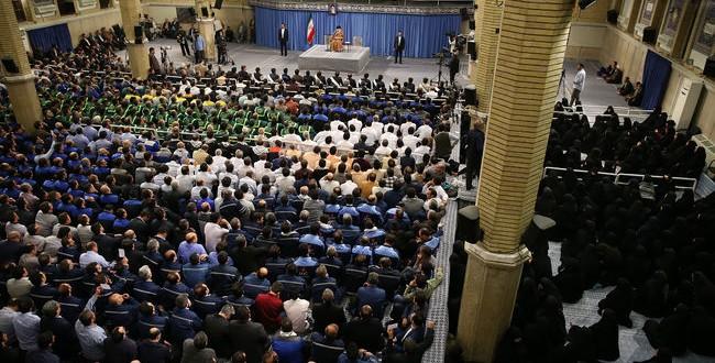 رهبر معظم انقلاب اسلامی در دیدار هزاران نفر از کارگران به مناسبت هفته کارگر: دشمنی و توطئه آمریکا در قضیه نفت بیپاسخ نخواهد ماند